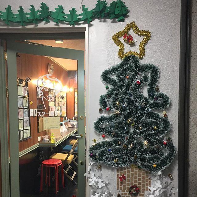 クリスマスツリー完成スタッフが暇な時間見つけてコツコツと飾ってくれました️素敵です12月の第2週からパーティが始まります。混み合うかもしれません。余裕持ってお越しください#クリスマス#クリスマスツリー#壁ツリー#年末#銀座#銀座クラブ#銀座ホステス#パーティ#ヘアースタイル#ヘアーセット#アップセット#アップスタイル#ダウン#スター美容室#セット専門#セットサロン#並木通り - from Instagram